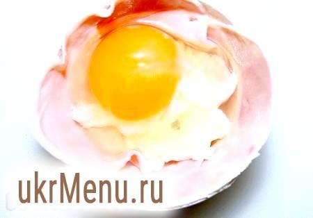 Фото - Яйце розбиваємо на сир. Солимо, намагаючись, щоб сіль не потрапила на жовток (інакше залишаться вм'ятини).
