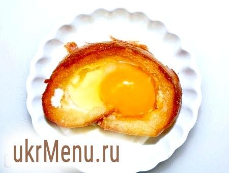 Фото - Для іншої формочки білий хліб нарізаємо на шматки, товщиною у два пальці, виймаємо м'якуш, обсмажуємо на будь-якому маслі до легкої рум'яності. На дно формочки виливаємо трохи сметани, на неї викладаємо шматок обрізаного хліба, у всередину хліба виливаємо яйце, намагаючись не пошкодити жовток, солимо.