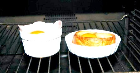 Фото - Обидві формочки поміщаємо в духовку при температурі 180 градусів і тримаємо там приблизно 10 хвилин, як тільки білок схопиться, відразу ж виймаємо.