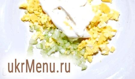 Фото - Змішуємо селера з яйцем, заправляємо майонезом з гірчицею.