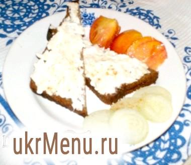 Закусочні бутерброди з хріном і сметаною