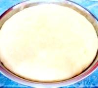 Фото - Крок №1 - Дріжджі перемішати з цукром. Розвести в двох ложках теплої води. Додати одну столову ложку борошна. Розмішати. Поставити опару в тепле місце підходити на один час.В готову опару додати теплу воду, все борошно, сухе молоко, сіль і замісити тесто.Добавіть рослинне масло. Вимісити тісто і поставити в тепле місце подходіть.Через годину тісто обмять. Залишити підходити ще на годину.