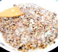 Фото - Крок №3 - на розігрітій олії обсмажити нарізаний кубиками лук.Добавіть дрібно нарізані гриби і обсмажувати до випарювання жідкості.Добавіть дві столові ложки панірувальних сухарів.
