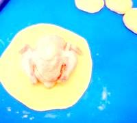 Фото - Крок №5 - Тісто розділити на чотири частини. Скачати шарікі.Каждий кульку розкачати в лепешку.На середину коржа викласти підготовленого курчати,