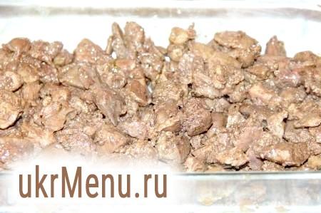 Фото - Курячу печінку нарізаємо на середні шматочки і обсмажуємо 5 хвилин на оливковій олії. Готову печінку охолоджуємо, додаємо до неї видавлений часник, сіль, перець і чебрець. Викладаємо на дно форми для запікання.
