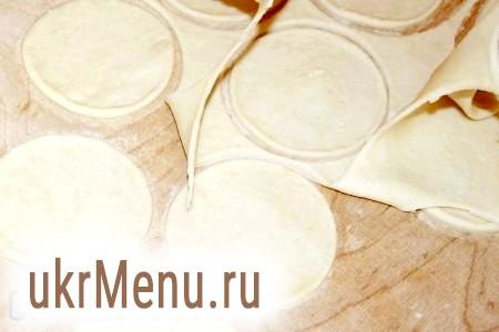 Фото - Розкачуємо тісто без додавання борошна. Тісто пластичне і не пристає до поверхні. Вирізаємо формою кружечки для майбутніх вареників.