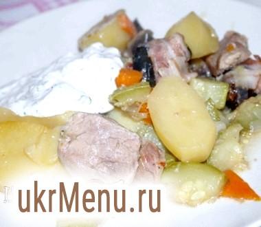 Печеня зі свининою, овочами і чорносливом в беконі