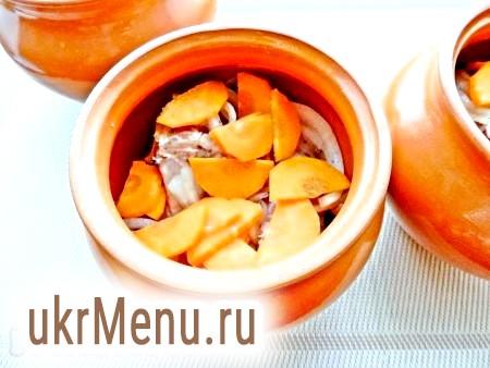 Фото - Додати нарізану півкільцями моркву, влити трохи води або бульйону (приблизно по 2-3 столові ложки).