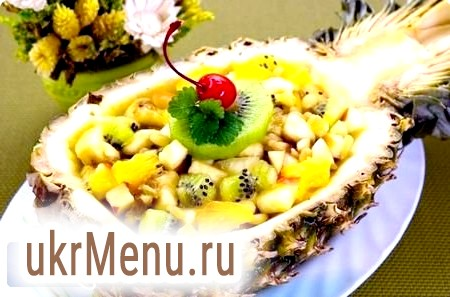 Фруктовий салат в ананасі до дня святого валентина
