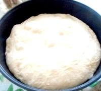 Фото - Крок №5 - За 20 хвилин до початку випічки розігріти духова шафа з казаном, накритим кришкою, до максимальної температури.Когда тісто збільшиться в 2-2,5 рази, акуратно перекласти його в казан.