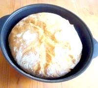 Фото - Крок №7 - Готовий хліб відразу ж перекласти на дощечку, накрити серветкою і залишити відпочивати на 25-30 хвилин.