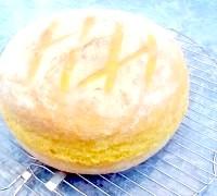 Фото - Крок №7 - Духовку розігріти до максимальної температури.В глибоке деко налити склянку води і поставити його на дно духовкі.Форму з хлібом поставити в духовку.Через 10 хвилин зменшити температуру до 200 ° C і випікати ще 10 мінут.Затем деко з духовки прибрати і випікати хліб ще 20-25 мінут.Готовий хліб перекласти на решітку і накрити серветкою.