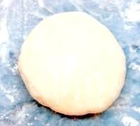Фото - Крок №1 - Розвести дріжджі в половині склянки теплого молока разом з дрібкою цукру і чайною ложкою борошна. Відставити на 10-15 хвилин щоб утворилася шапочка з дрожжей.Просеять борошно. Додати дріжджі і перемішати їх з мукой.Молоко з сіллю підігріти до теплого і, частинами вливаючи його в борошно з дріжджами, замісити тесто.Вліть рослинне масло і остаточно вимісити тесто.Міску з тістом накрити серветкою і поставити в тепле місце на годину-півтори.