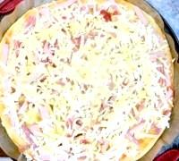 Фото - Крок №5 - Збити виделкою яйце і вилити на піцу по спіралі, починаючи від центру.