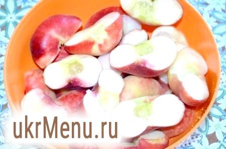 Фото - Потім разрежем їх навпіл і видалимо кісточку. Можна зробити шматочки персиків поменше, розрізавши кожну половинку ще навпіл.