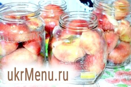 Фото - У чисті банки укладемо половинки персиків.
