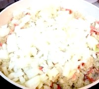 Фото - Крок №5 - Додати дрібно нарізаний лук.Жаріть картоплю до готовності лука.