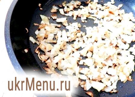 Фото - У сковороді розігріти трохи рослинного масла і обсмажити цибулю, щоб він став хрустким.
