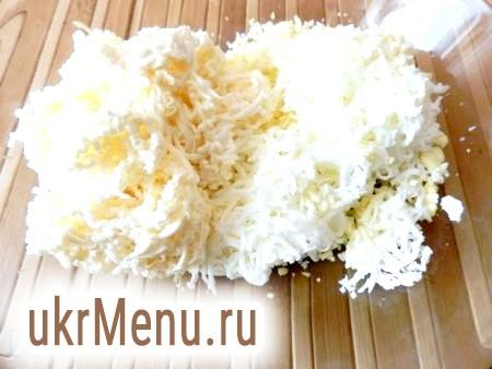Фото - Плавлений сир і варені яйця натерти на дрібній тертці.