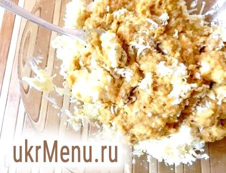 Фото - Змішати разом сирно-яєчну і оселедцеву маси до однорідності.