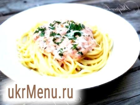 Спагетті з помідорами і сиром