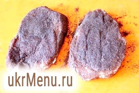 Фото - Потім обваляйте, тобто запаніруйте м'ясо в молотом кави і дайте йому промаринуватися півгодини.