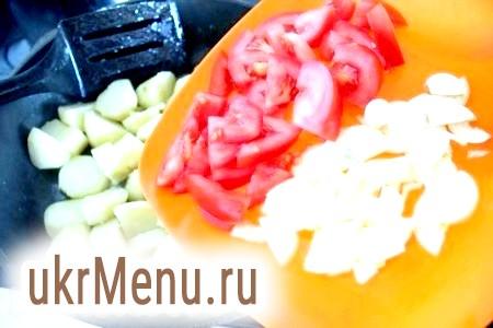 Фото - За цей час можна підготувати гарнір. Картопля очистіть, поріжте на великі шматки, обсмажте до напівготовності на оливковій олії. Потім додайте до нього шматочки помідорів і цибулі, посоліть, додайте спеції.