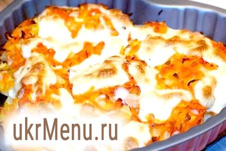 Форель під часниковим соусом, запечена на картопляній подушці