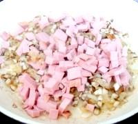 Фото - Крок №3 - Викласти нарізану кубиками ковбасу. Обсмажити. Посолити, поперчити.