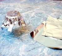 Фото - Крок №4 - Вирізати чотири квадратика фольги. Одягти її на денце склянки і притиснути, щоб вийшла формочка.