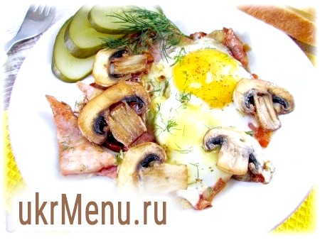 Фото - Подавайте яєчню з помідорами, шинкою, грибами та сиром відразу ж. Смачного!