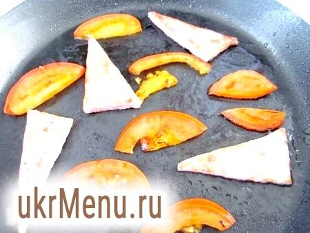 Фото - На тій же сковороді, на якій смажилися гриби, обсмажте з двох сторін помідори і шинку.