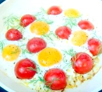 Фото - Крок №3 - Готувати яєчню до готовності, проколюючи білок виделкою або ножем, щоб яєчня просмажилася равномерно.Блюдо прикрасити гілочками кропу.