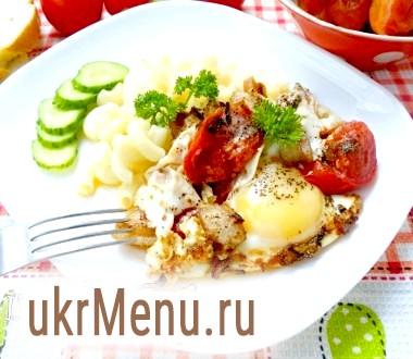 Яєчня з салом і помідорами