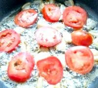 Фото - Крок №2 - Помістити сало в сковороду і обсмажувати, поки з нього витопиться жир. Додати порізану цибулю, обсмажити до золотистого. Зверху розмістити порізані кружальцями помідори.