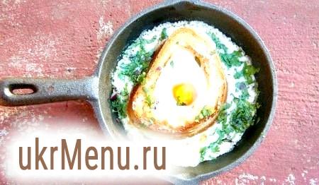 Фото - Як тільки схопиться білок, дістати сковорідку з яєчнею з духовки. Посипати зеленню - за бажанням.
