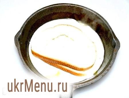 Фото - Отриманий сметанний соус вилити в порційну сковорідку, змащену вершковим маслом і туди ж покласти кільце з булки.