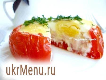 Фото - Готову яєчню в помідорі подавати, посипавши зеленню.