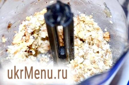 Фото - Яйця, цибуля, горіхи помістити в блендер, подрібнити. Посолити і поперчити за смаком.