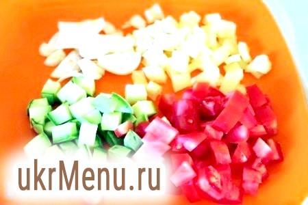Фото - Овочі наріжте - помідори, перець і кабачки кубиками, цибулю тонкими часточками. Мені шкірка помідорів не заважає, але можна її і зняти.