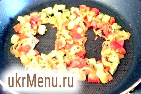 Фото - Сформуйте поглиблення або круглі / овальні ділянки на сковороді, зрушуючи овочі і вбийте в них яйця.