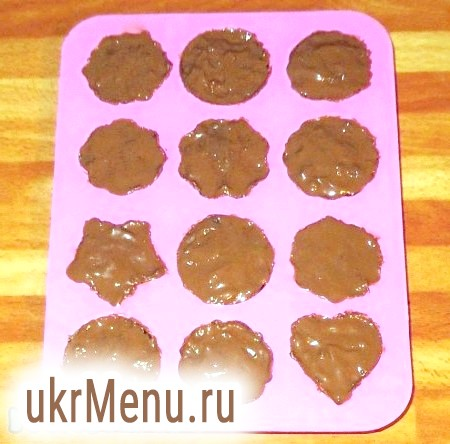 Фото - Змастити розтопленим шоколадом і поставити в морозильну камеру на 15 хвилин.