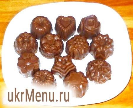 Фото - Готові шоколадні цукерки з печива з полуничним джемом акуратно витягнути з формочок.