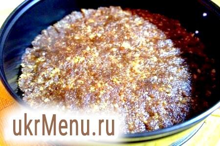 Фото - Укласти масу з печива на дно форми, розрівняти. Цей корж - основа для торта.