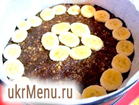 Фото - Банан нарізати і покласти зверху коржа.
