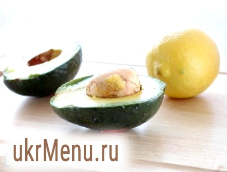 Фото - Авокадо і лимон вимити. З авокадо видалити кісточку.