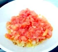 Фото - Крок №4 - Коли овочі стануть м'якими, додати очищені від шкірки і нарізані кубиками помідори.Тушіть овочі до майже повного випаровування рідини.