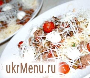Спагетті з моцарелою, томатами черрі і м'ясним соусом