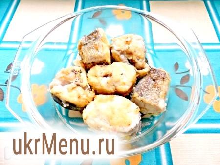 Фото - Обсмажити шматочки риби на олії до рум'яної скоринки. Перекласти рибу в форму для випічки, трохи посолити і поперчити.