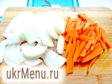Фото - Цибулю нарізати півкільцями, моркву - невеликими брусочками.